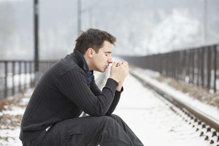 sad man: Hombre triste en las v�as del tren