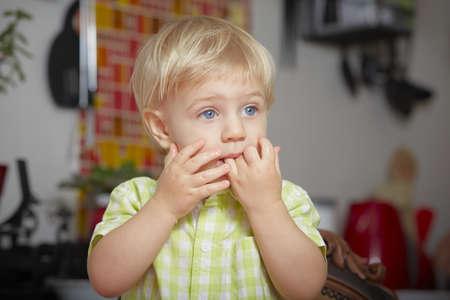 blonde yeux bleus: Surpris garçon dans la cuisine