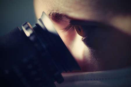 microscope: Joven científico está trabajando con el microscopio Foto de archivo