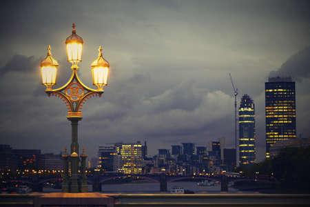 londre nuit: Lampe sur le pont de Westminster, Londres, Royaume-Uni