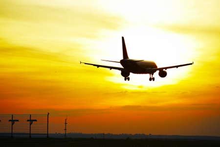 飛行機が着陸する日没で、プラハ