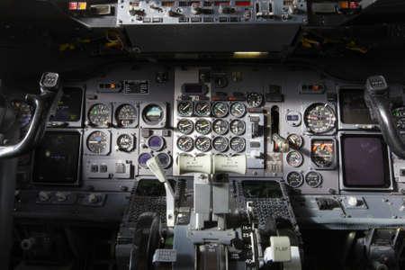 piloto: Consola central y aceleradores en el avión