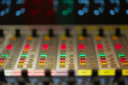 estudio de grabacion: Profesional de la consola mezcladora de audio con faders y perillas de ajuste - radiodifusi�n sonora  TV Foto de archivo
