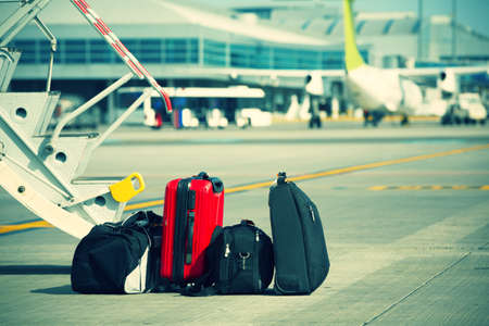 maleta: Equipaje en frente del avi?n