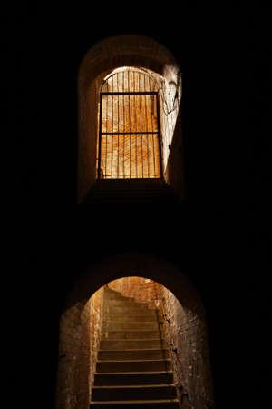 bedrijfshal: Trappen en ondergrondse gang in de oude industriële gebouw. Stockfoto
