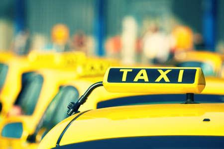 taxi: Vehículos taxi está esperando en la fila en la calle - enfoque selectivo Foto de archivo