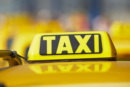 택시 자동차가 거리에 행을 기다리고 있습니다 - 선택적 포커스