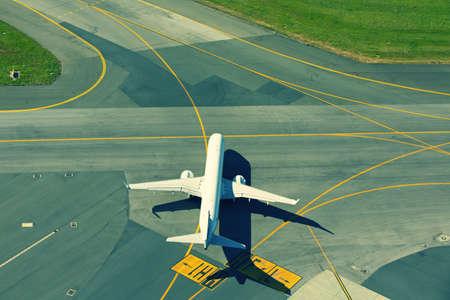 transporte terrestre: Aeropuerto - Avión está carreteando para despegar.