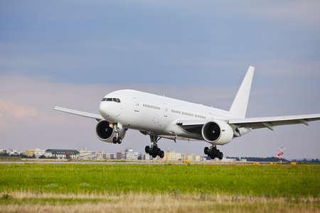 transporte terrestre: Avión está aterrizando en el aeropuerto - espacio de la copia