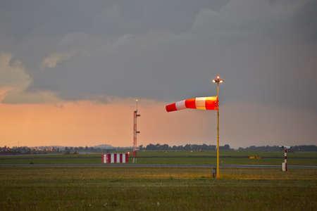 pluviometro: La tormenta se está acercando al aeropuerto - espacio de la copia Foto de archivo