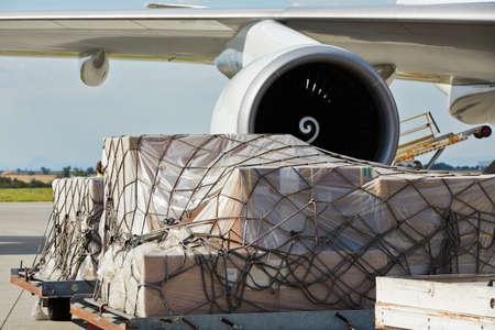 Chargement de marchandises à l'avion de fret