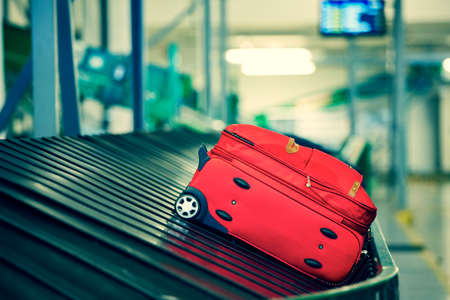 cinta transportadora: Equipaje en la cinta transportadora - enfoque selectivo