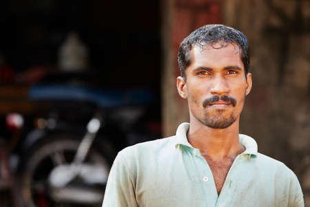 gente pobre: Mecánico en el taller - la vida cotidiana en Sri Lanka Foto de archivo