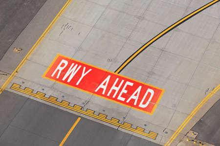飛行場 - 誘導路の印は滑走路に向かっています。
