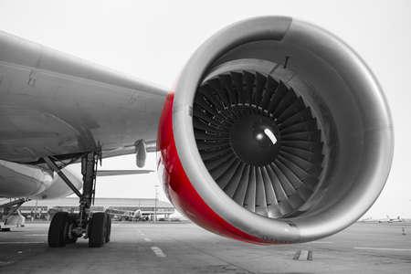 空港で飛行機のエンジン。