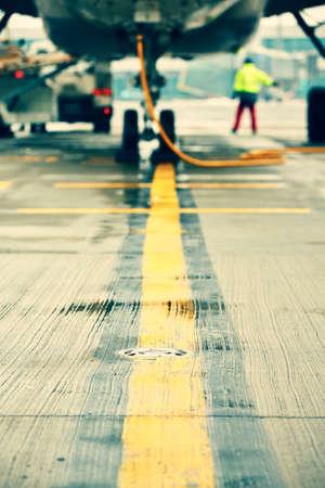 Repülőgép parkoló a repülőtéren - szelektív összpontosít