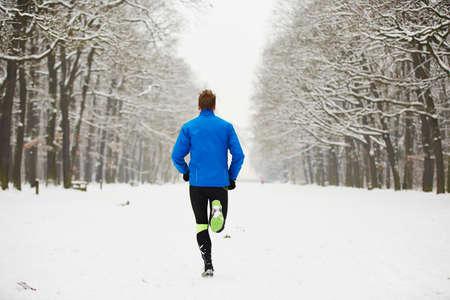 Giovane corridore in Winter jogging nel parco. Archivio Fotografico - 25891844