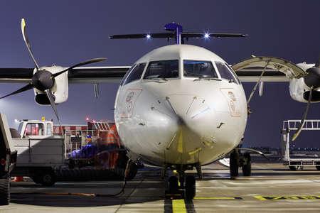 Das Bodenpersonal bereitet das Flugzeug zum Abheben.