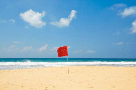 Figyelmeztető zászló a strandon. Úszás veszélyes tenger hullámai.