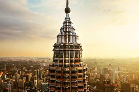 KUALA LUMPUR, Maleisië - 25 april: Uitzicht vanaf de top van de Petronas Twin Towers op 25 april 2014 in Kuala Lumpur, Maleisië. De wolkenkrabbers hoogte zijn 451.9m en waren de hoogste gebouwen ter wereld.