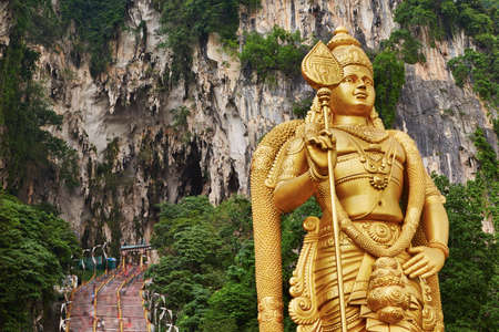 힌두교 신 Muragan, 쿠알라 룸푸르, 말레이시아 바투 동굴 사원 단지의 동상입니다.