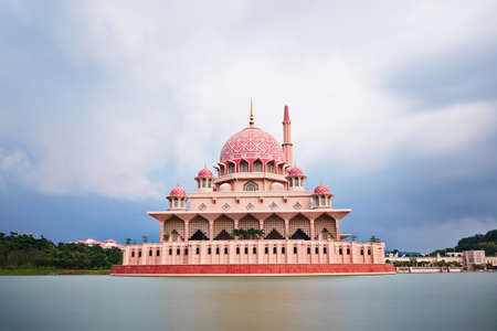 Putra Moschee in Putrajaya - Kuala Lumpur, Malaysia Standard-Bild - 27963907