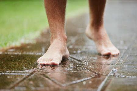 L'uomo senza scarpe a pioggia - messa a fuoco selettiva Archivio Fotografico - 29301715