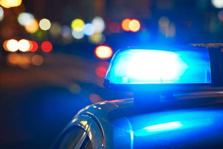 peligro: Coche polic�a en la calle por la noche