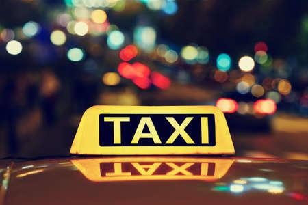 夜路上のタクシー車