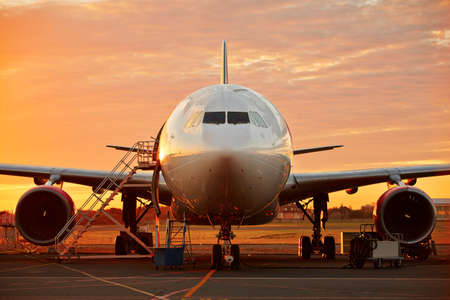 mantenimiento: Servicio de aeronaves - aeronaves de gran tama�o en el hermoso amanecer Foto de archivo