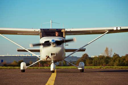 若いパイロットは民間の飛行機とオフを準備中です。