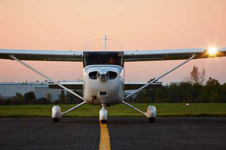Jonge piloot bereidt zich voor op opstijgen met een privé-vliegtuig. Stockfoto