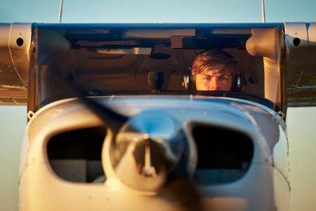젊은 조종사는 개인 비행기 이륙을 준비하고 있습니다. 스톡 콘텐츠