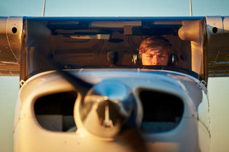Junger Pilot bereitet Ausziehen mit Privatflugzeug. Lizenzfreie Bilder
