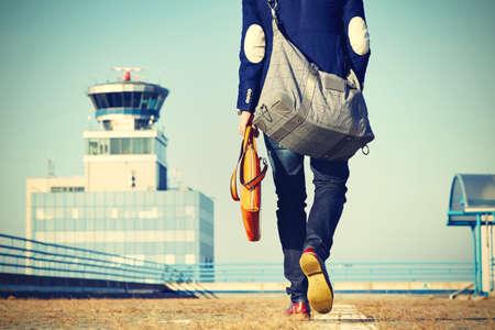 zapatos de seguridad: Apuesto hombre de negocios est� caminando en el aeropuerto Foto de archivo