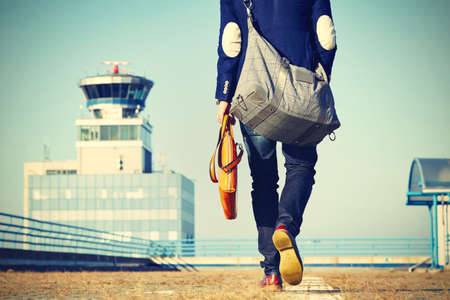 Jóképű üzletember sétál a repülőtéren Stock fotó