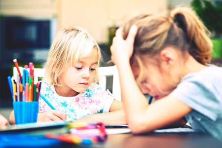 Geschwister sind seine Hausaufgaben für die Grundschule.