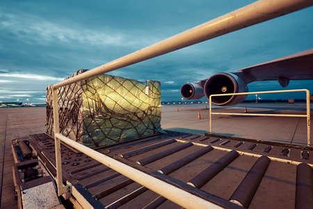 Laden van de lading aan de vrachtvliegtuigen. Stockfoto
