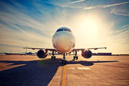 Vliegtuig is taxiën af te nemen bij de zonsopgang