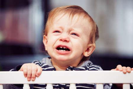 Kleiner Junge im Bett zu weinen Standard-Bild - 35532152