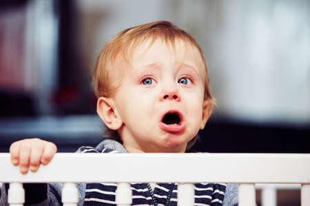 bambino che piange: Little boy sta piangendo nel letto