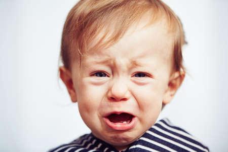 El niño pequeño está llorando - enfoque selectivo Foto de archivo