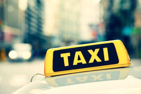 Ausschnitt aus dem Taxi Auto auf der Straße Standard-Bild - 36373809