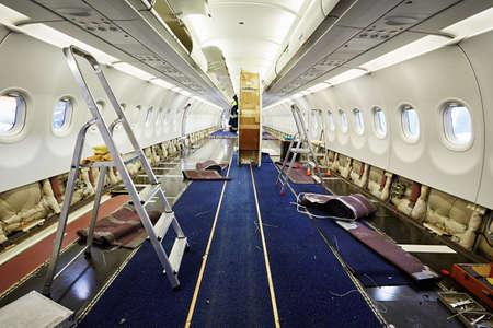 重整備の下で飛行機のキャビン 写真素材