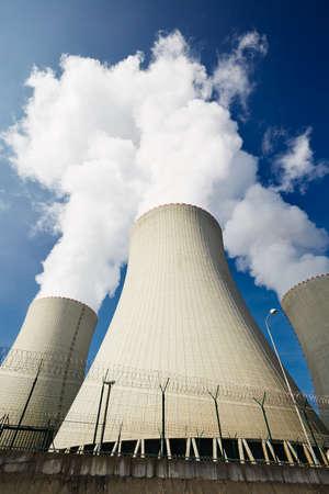 energia electrica: Torres de la central nuclear de refrigeraci�n