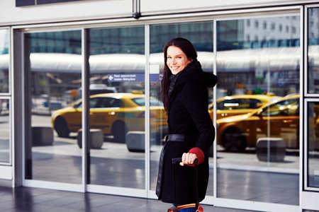 erfolgreiche frau: Erfolgreiche Frau, die vor dem Terminal auf dem Flughafen. Lizenzfreie Bilder