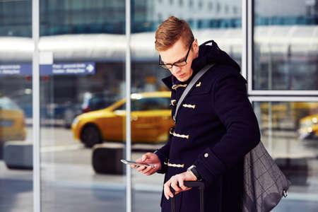 Junger Mann wartet Taxi am Flughafen. Standard-Bild - 38707707
