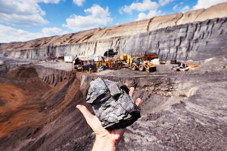 Mina de carbón - carbón en la palma Foto de archivo - 39590527