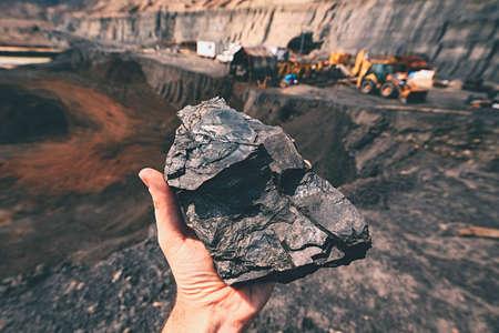 Steenkool op de palm - Tsjechië Stockfoto