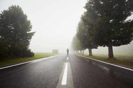 hombre solitario: Hombre solo es caminar en la niebla misteriosa Foto de archivo